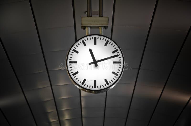 Orologio nella stazione ferroviaria immagine stock libera da diritti