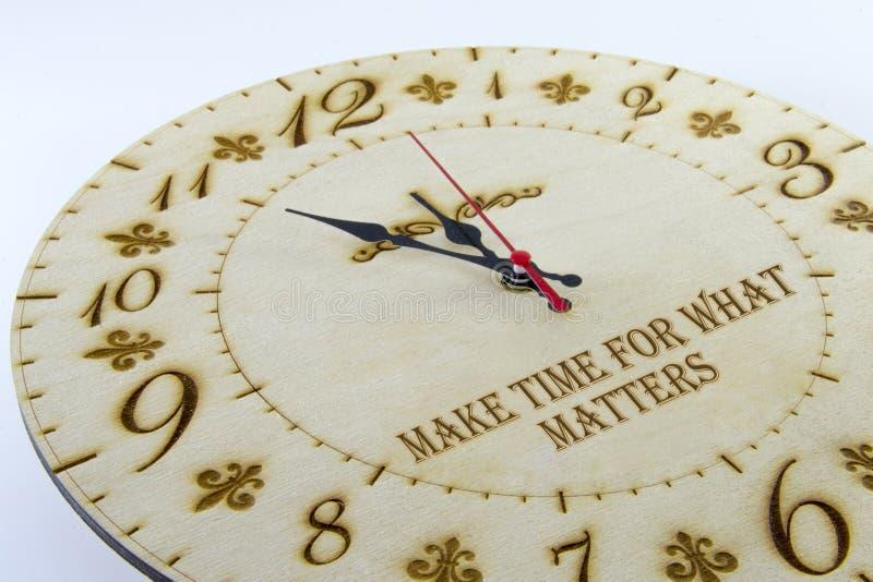 Orologio rotondo di legno della parete - orologio isolato su fondo bianco Gestisca il vostro tempo fotografie stock libere da diritti