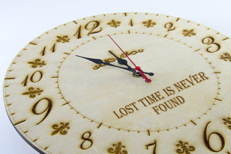 Orologio rotondo di legno della parete - orologio isolato su fondo bianco Gestisca il vostro tempo fotografia stock