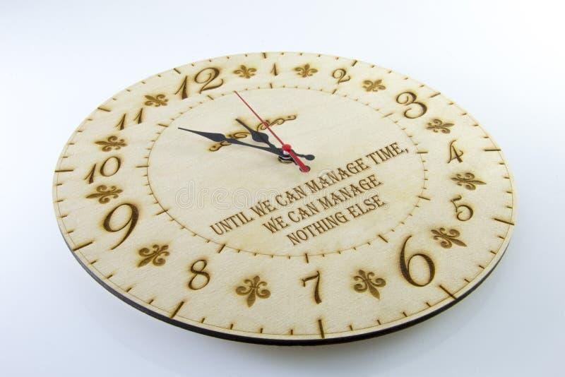 Orologio rotondo di legno della parete - orologio isolato su fondo bianco Gestisca il vostro tempo fotografia stock libera da diritti