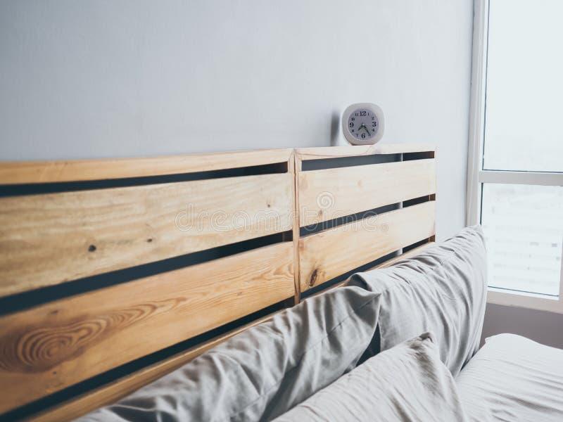 Orologio sul letto di mattina immagine stock
