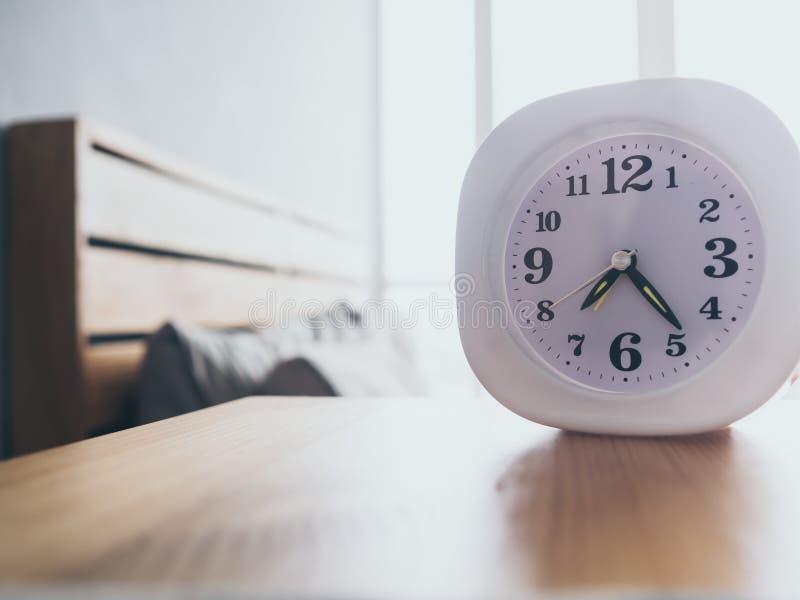 Orologio sul letto di mattina fotografia stock
