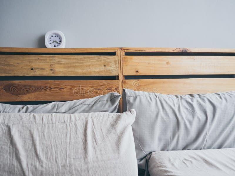 Orologio sul letto di mattina fotografie stock