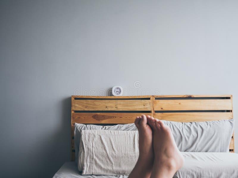 Orologio sul letto di mattina fotografia stock libera da diritti