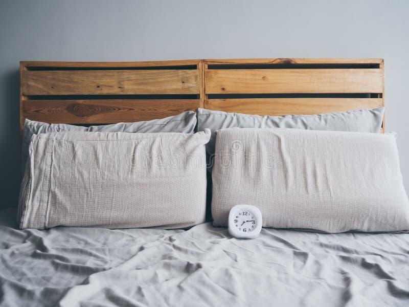Orologio sul letto di mattina immagini stock libere da diritti