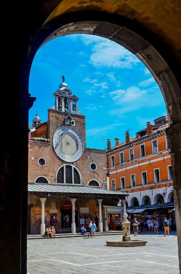 Orologio sulla facciata di una chiesa fotografia stock libera da diritti