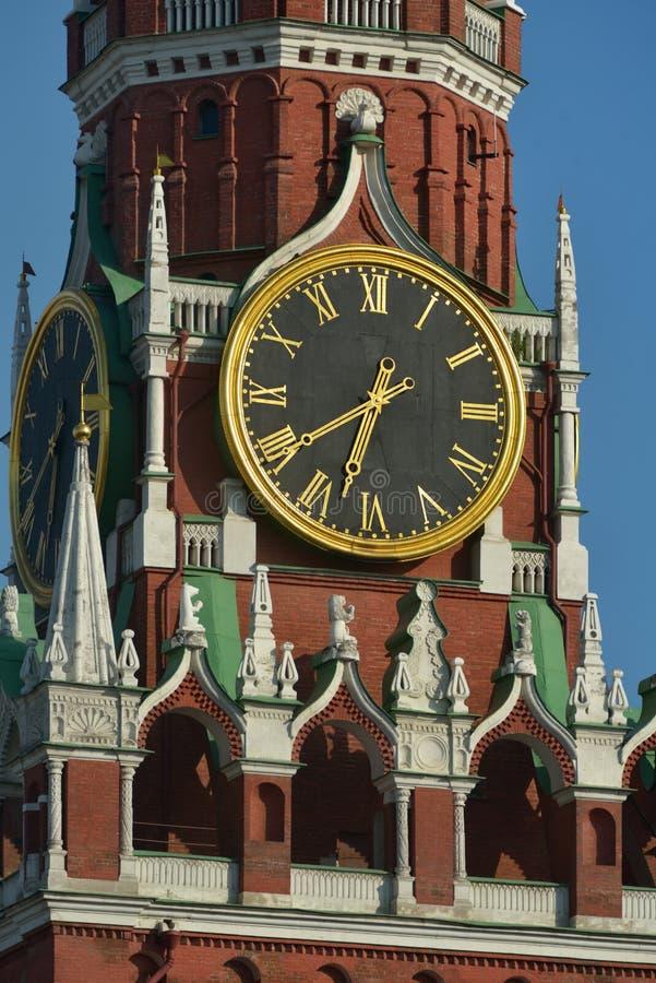 Orologio sulla torre di Spasskaya del Cremlino di Mosca fotografia stock