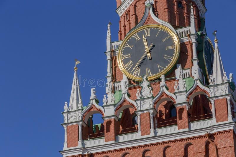 Orologio sulla torre di Spasskaya del Cremlino di Mosca immagini stock