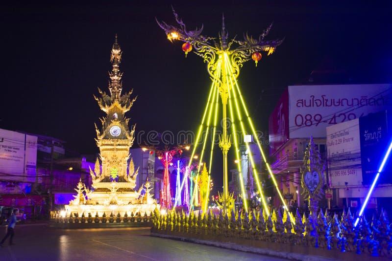 Orologio-torre di Chiang Rai e sinfonia dei colori leggeri spettacolari e suono alla città di Chiangrai in Chiang Rai, Tailandia immagine stock