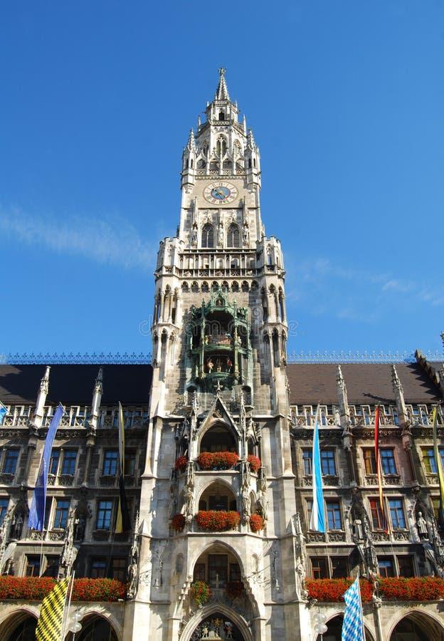 Orologio-torre di municipio di Monaco di Baviera al sole immagine stock libera da diritti