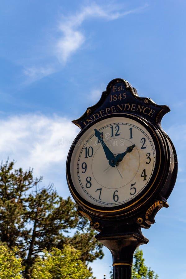 Orologio vecchio nell'indipendenza del centro Oregon immagini stock libere da diritti