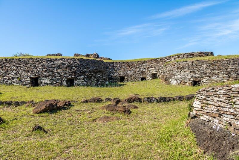 Orongo村庄废墟的砖房子Rano Kau火山的-复活节岛,智利 免版税图库摄影