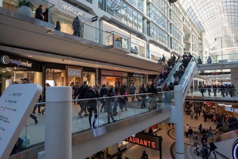 ORONTO - 2019年3月23日:顾客参观多伦多伊顿中心,购物中心内部建筑学,时尚,技术和 图库摄影