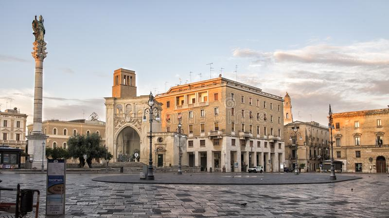 ` Oronzo de Piazza Sant dans Lecce avec un monument grand couvert avec une statue de saint Orontius de Lecce image libre de droits