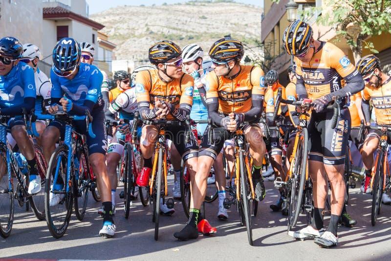 OROPESA DEL BRENGT, SPANJE - JANUARI 31, 2018 IN DE WAR: De fietsers nemen aan het ras van de beginfiets in La Vuelta op 31 Janua stock foto's