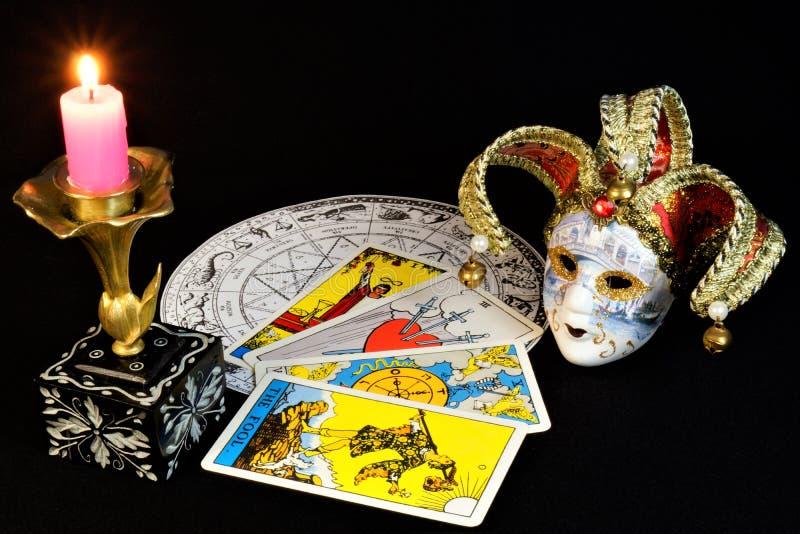 Oroscopo, carte di tarocchi, maschera di carnevale, candela luminosa fotografie stock libere da diritti