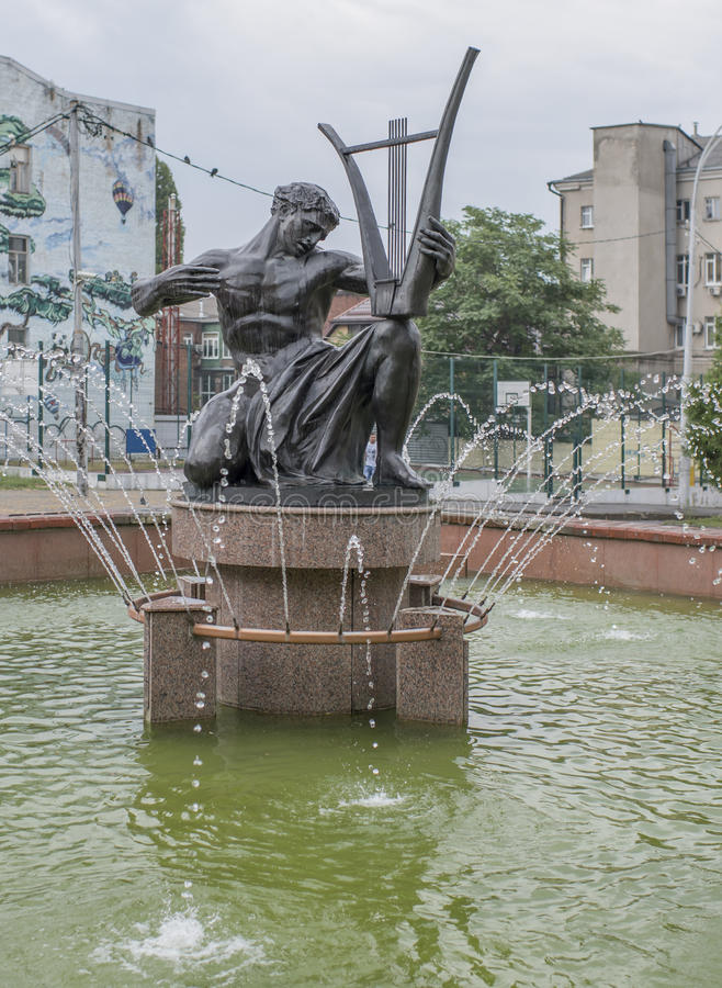 Orpheus-Skulptur im Brunnen nahe dem Theater philharmonisch stockfotografie
