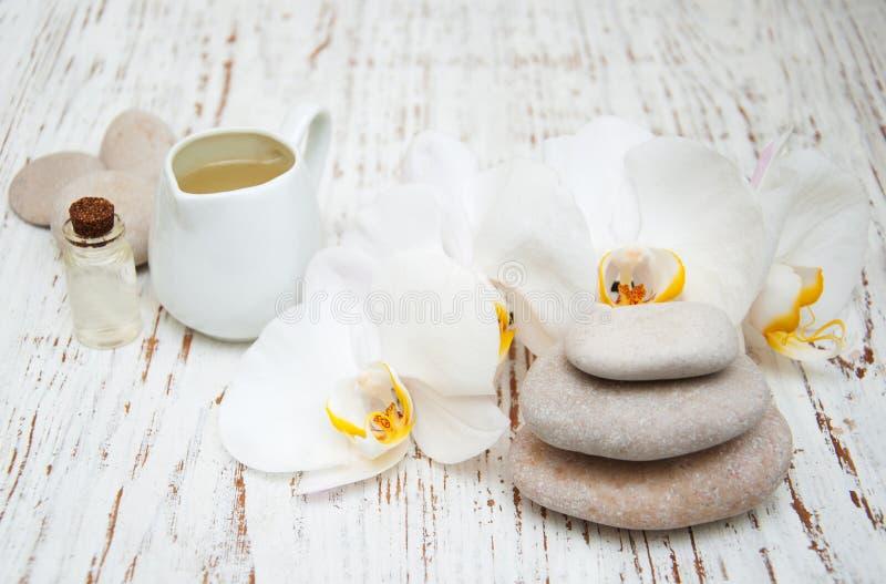 Orquídeas blancas con las piedras del masaje imagenes de archivo