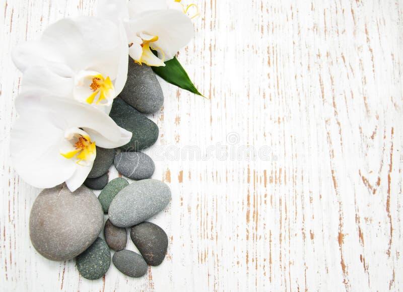 Orquídeas con las piedras del masaje imagen de archivo