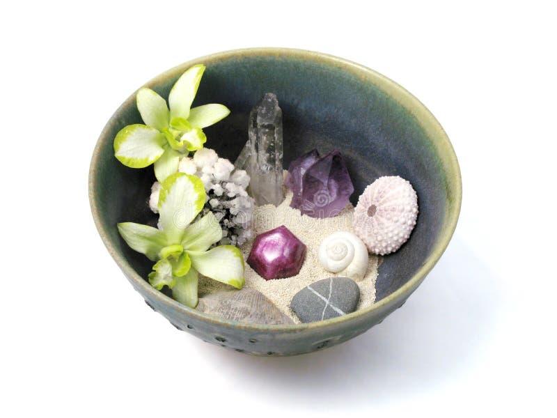 Orquídeas, cristais, escudos, e pedras na bacia cerâmica Handmade foto de stock royalty free