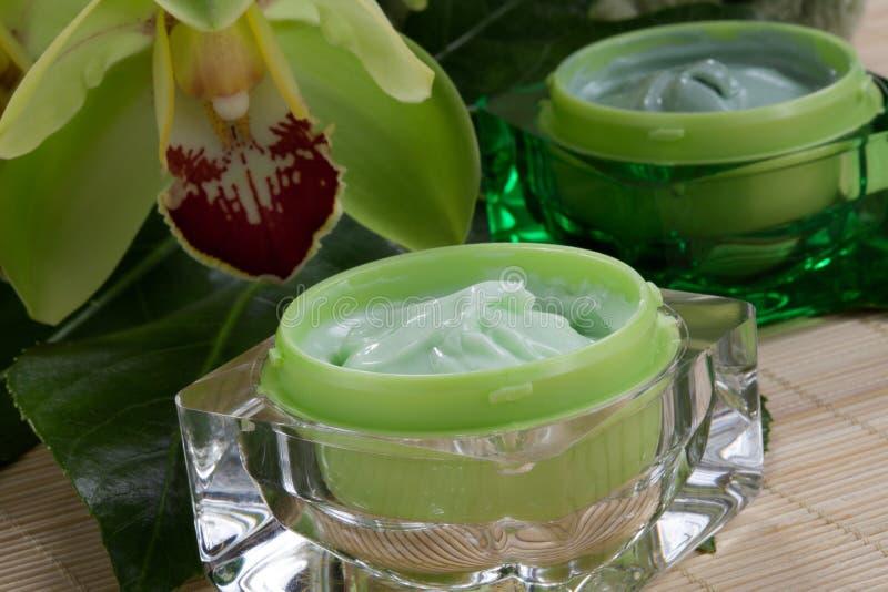 Orquídeas poner crema hidratantes del wuth imagen de archivo
