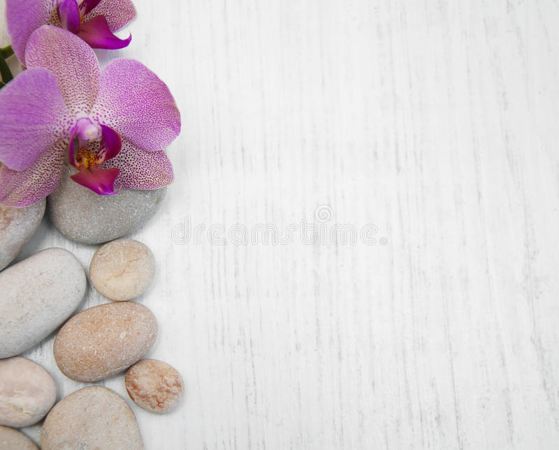 Orquídeas y piedras del masaje fotografía de archivo