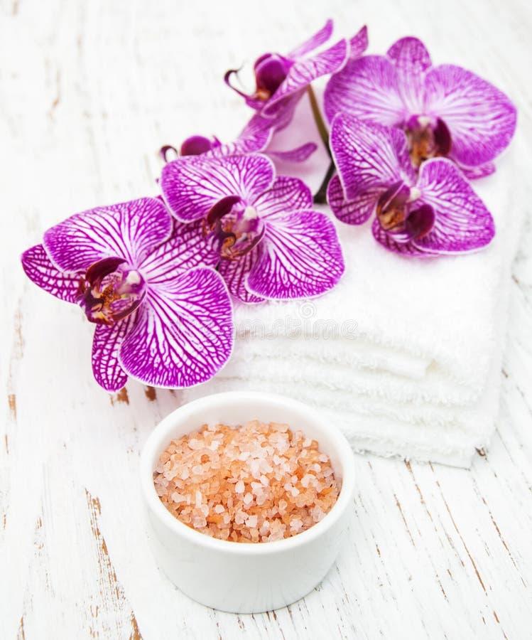 Orquídeas y sal del masaje imagen de archivo