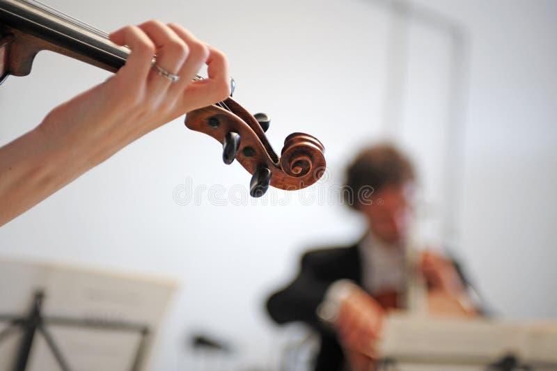 Orquesta de la música clásica con el violín imagen de archivo libre de regalías