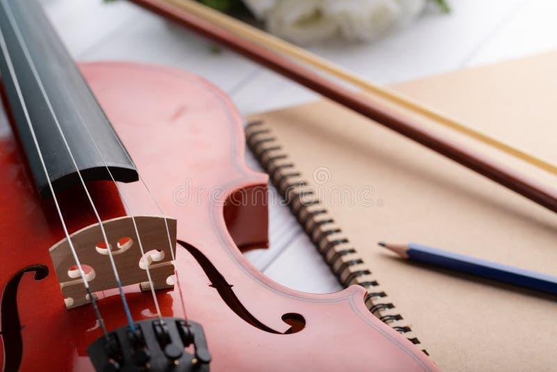 Orquesta del violín del tiro del primer instrumental sobre la profundidad baja del fondo de madera blanco del foco selecto del ca foto de archivo libre de regalías