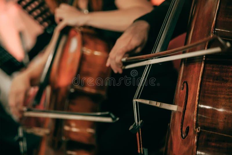Orquesta sinfónica en el escenario fotografía de archivo