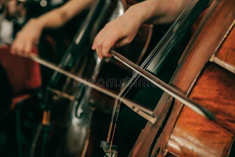 Orquesta sinfónica en el escenario imagen de archivo