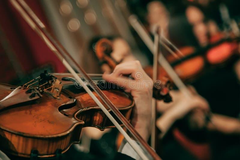 Orquesta sinfónica en el escenario foto de archivo libre de regalías