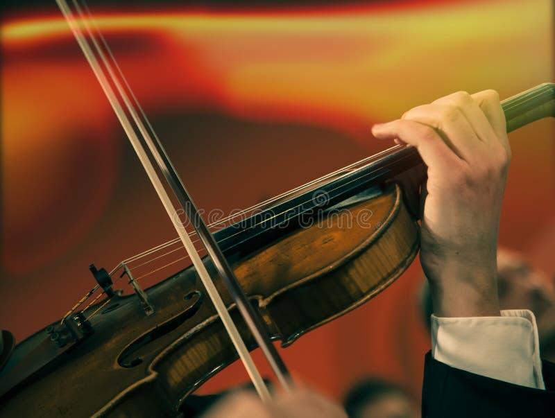 Orquesta sinfónica en el escenario foto de archivo