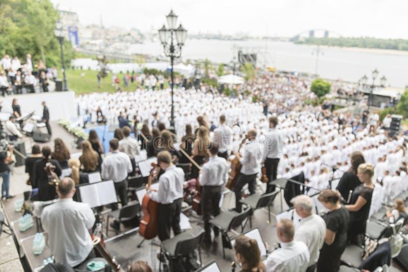 Orquesta sinfónica en el parque La orquesta juega en el parque en los bancos del río para los espectadores blurry imagen de archivo libre de regalías