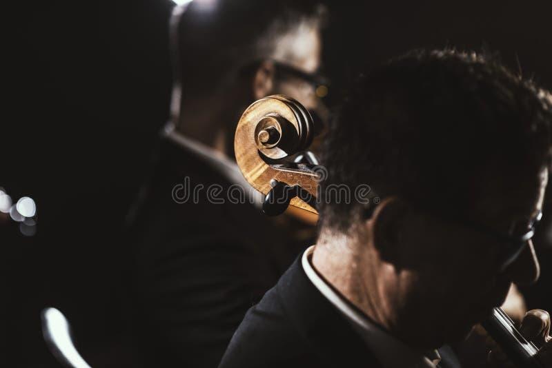 Orquesta sinfónica que juega en etapa fotografía de archivo libre de regalías