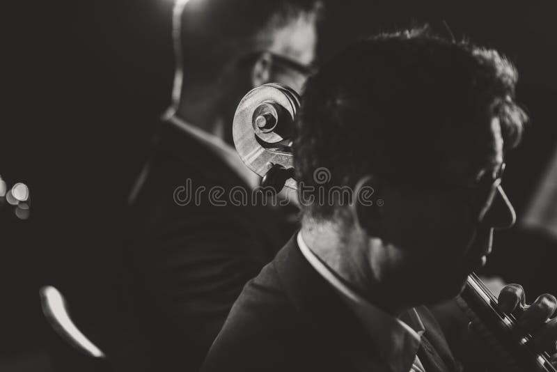 Orquesta sinfónica que juega en etapa foto de archivo