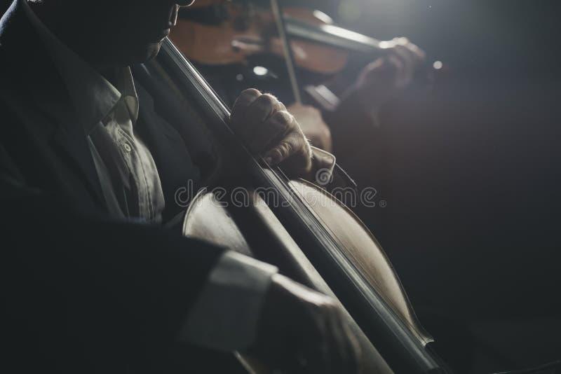 Orquesta sinfónica que se realiza en etapa foto de archivo