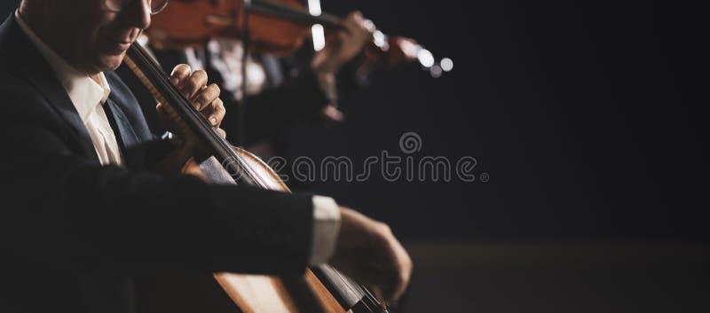 Orquesta sinfónica que se realiza en etapa fotos de archivo