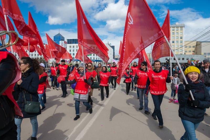 Orquestra filarmônica dos músicos com bandeiras vermelhas, em qual é escrito o filarmônico de Yakutia foto de stock royalty free