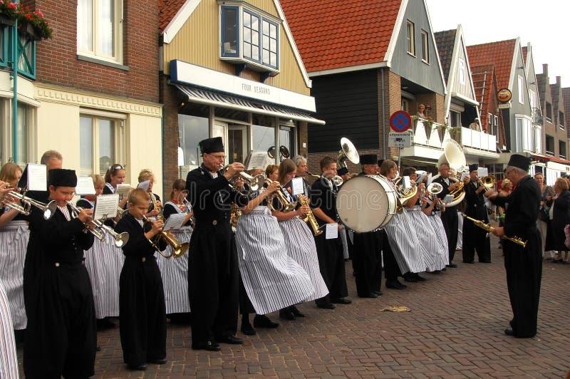 Orquestra popular de instrumentos de vento na vila de Volendam, Países Baixos fotos de stock