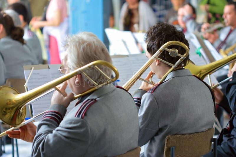 Orquestra que executa em um concerto fotos de stock