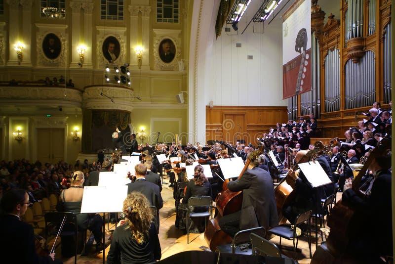 Orquestra sinfônica na noite da gala imagens de stock