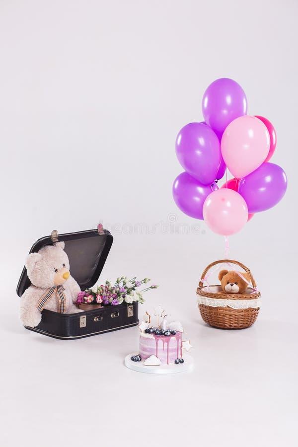 Orsacchiotti con la torta di compleanno, palloni Cartolina d'auguri di compleanno, con lo spazio della copia Colpo verticale immagini stock libere da diritti