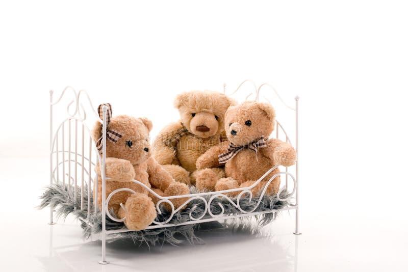Orsacchiotti nel letto fotografie stock