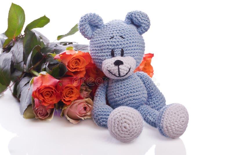 Orsacchiotto blu con le rose fotografia stock