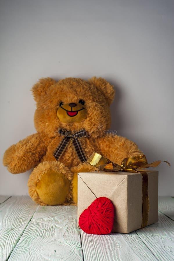 Orsacchiotto, cuore rosso e contenitore di regalo immagini stock