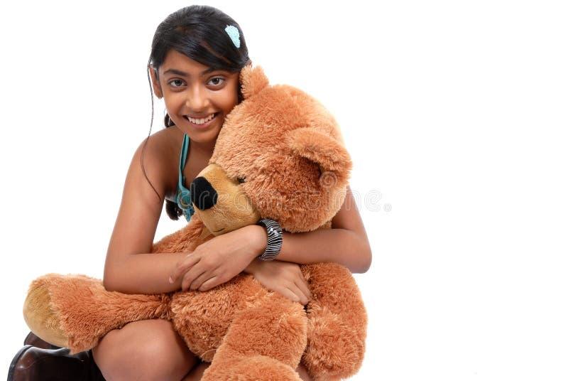 Orsacchiotto d'abbraccio della ragazza abbastanza indiana fotografia stock libera da diritti