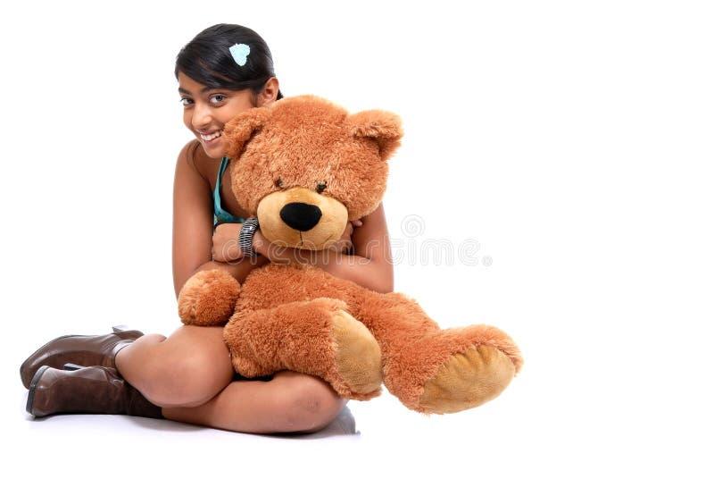 Orsacchiotto d'abbraccio della ragazza abbastanza indiana immagini stock