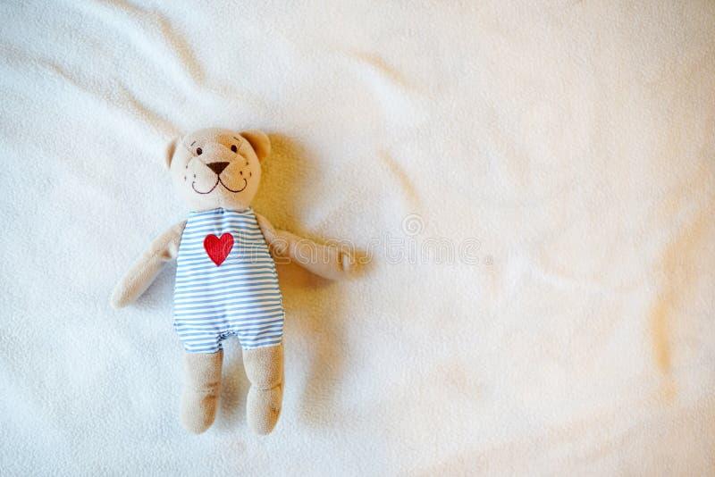Orsacchiotto del giocattolo del bambino con cuore, fondo di infanzia con il posto vuoto per testo Copi lo spazio fotografia stock libera da diritti