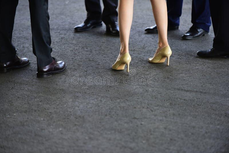 Orsaka ibland dig önskar något lite grann som är utklädd Kvinnlig och manliga ben i skor Mänskliga ben i affär royaltyfri fotografi